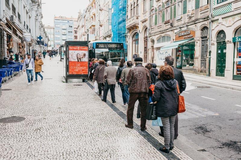 Une foule des personnes attendant un arrêt d'autobus à Porto au Portugal photos stock