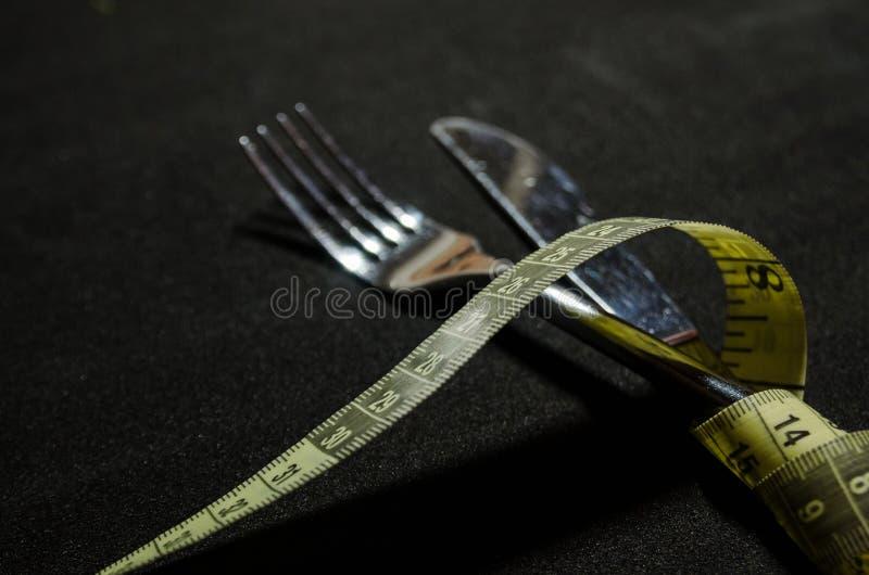 une fourchette avec la bande de mesure photographie stock libre de droits