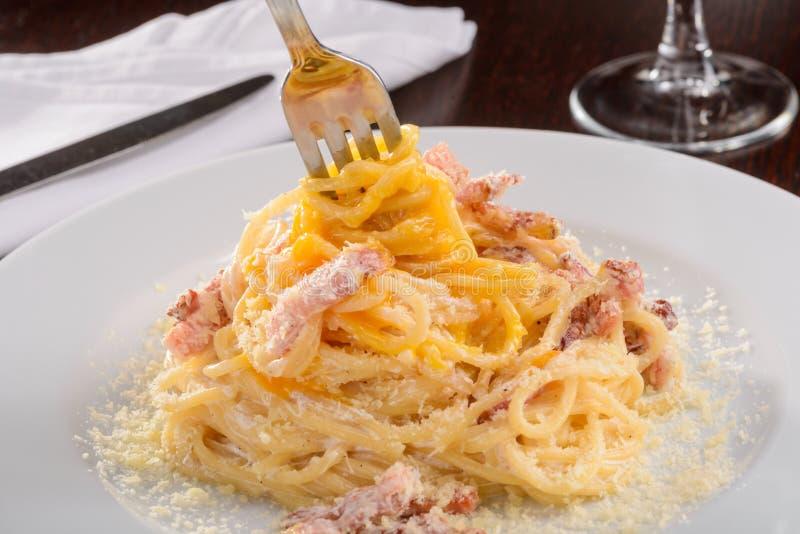 Une fourchette dans Carbonara photo stock