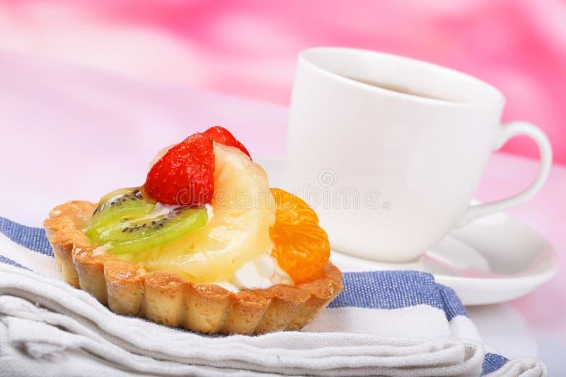Une gâteau et tasse de thé de fruit photographie stock