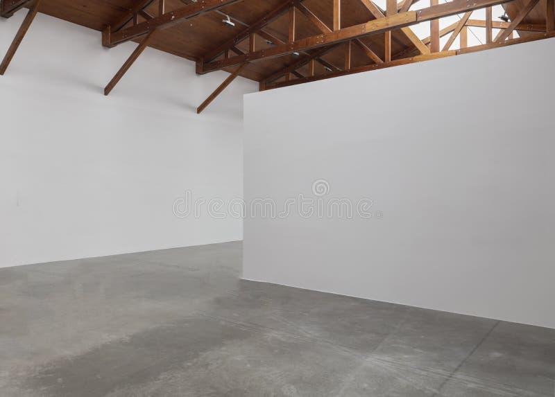 Une galerie d'art vide de pièce avec le plafond en bois et le plancher concret photographie stock