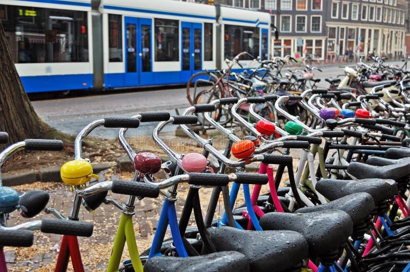 Une gare de location de vélo un jour pluvieux à Amsterdam images stock