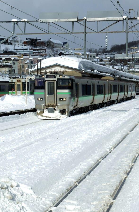 Une gare ferroviaire dans une ville du Japon photo libre de droits