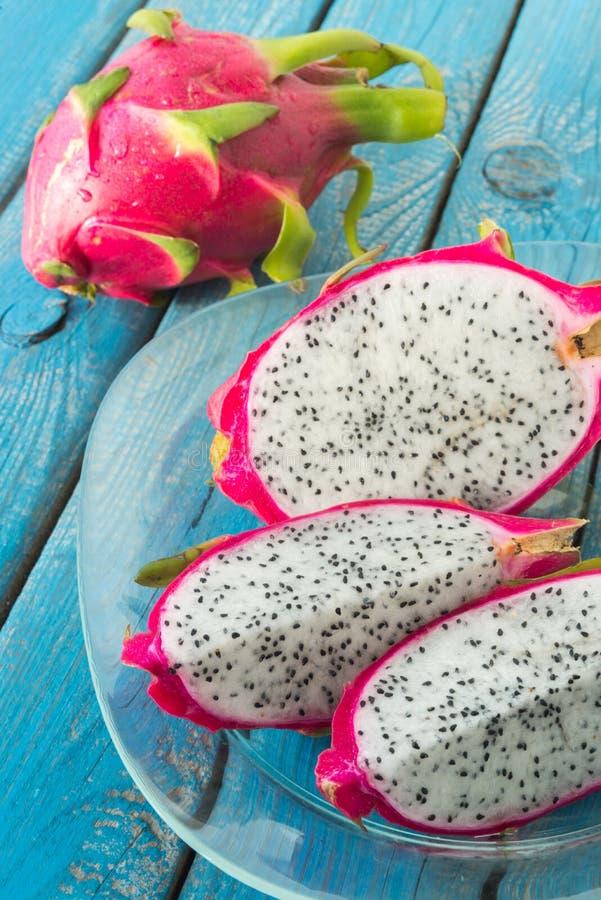 Une glace de fruit du dragon coupé en tranches de pitaya photographie stock libre de droits