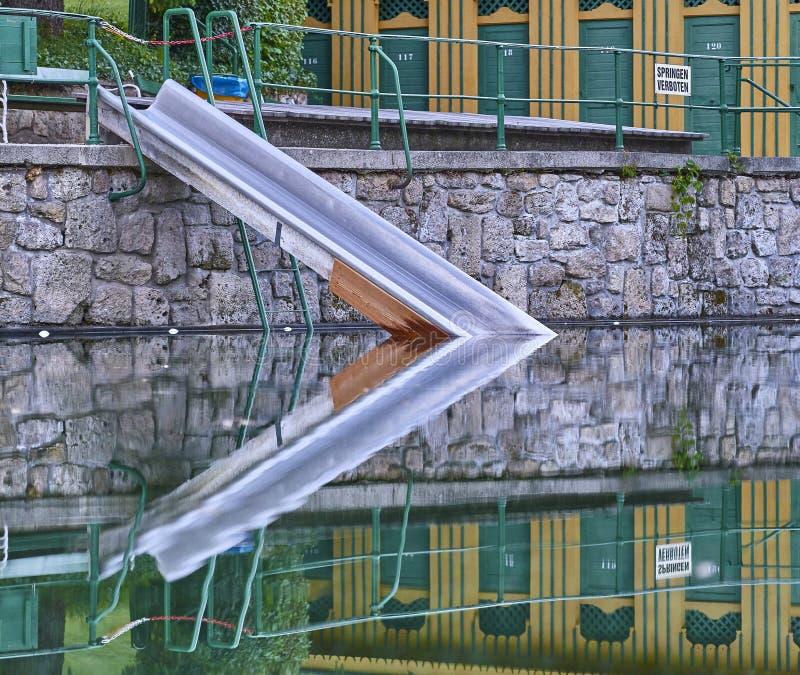 Une glissière dans la piscine, une piscine thermique naturelle historique dans mauvais Fischau, Autriche photos stock