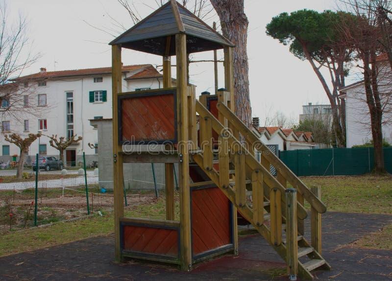 Une glissière triste et isolée, établie dans en bois, démodée le terrain de jeu est isolé, vide, sans enfants le jour d'hiver est photos stock