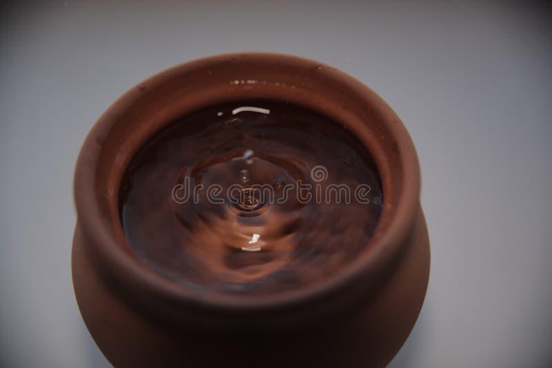 Une goutte de l'eau dans un pot d'argile images libres de droits