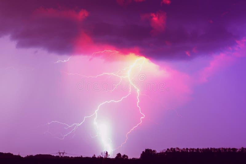 Une grève surprise sur le ciel nuageux Rose, lilas et image modifiée la tonalité pourpre photo libre de droits