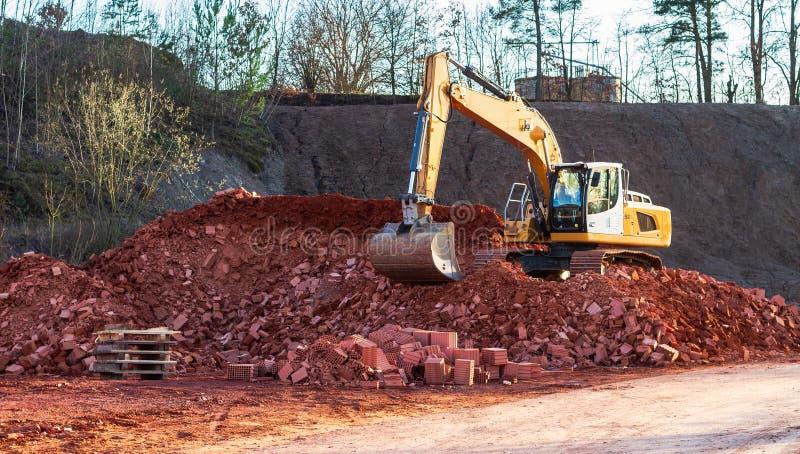 Une grande excavatrice au travail images libres de droits