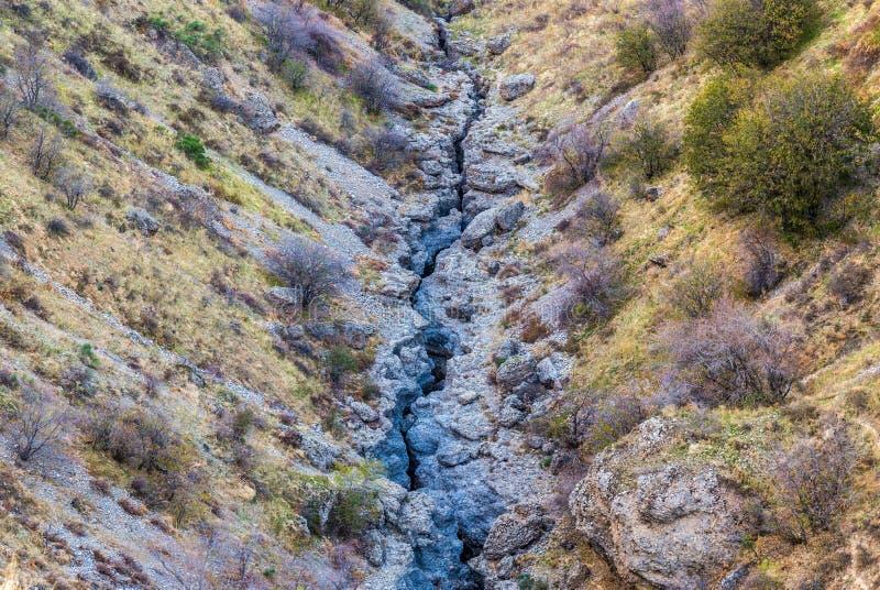 Une grande fente dans la terre, un défaut tectonique de dalle images stock