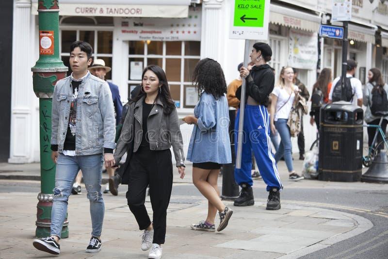 Une grande foule bariolée marche vers le haut de Bricklane sur dimanche après-midi Le marché aux puces sur Bricklane travaille le images stock