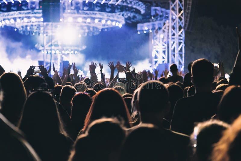 Une grande foule de concert ayant l'amusement devant l'étape image libre de droits