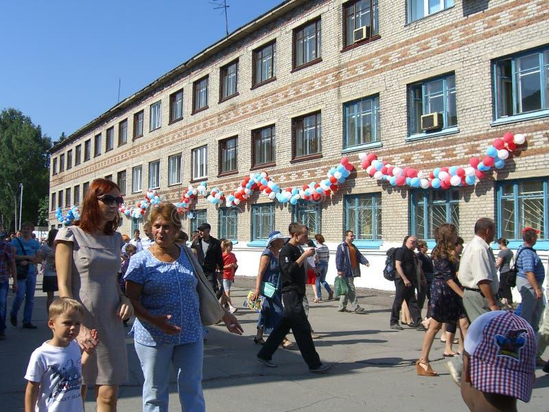 Une grande foule des enfants d'hommes de femmes de personnes en vacances dans la promenade d'été images libres de droits