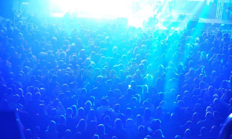 Une grande foule des personnes au concert image stock
