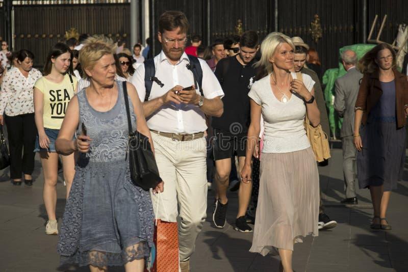 Une grande foule des personnes sortent du souterrain un jour ensoleillé image libre de droits