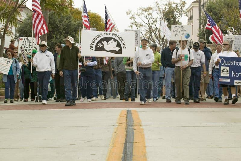 Une grande foule des protestataires sont menées par des vétérans contre la guerre d'Irak sur State Street à une march de protesta image stock