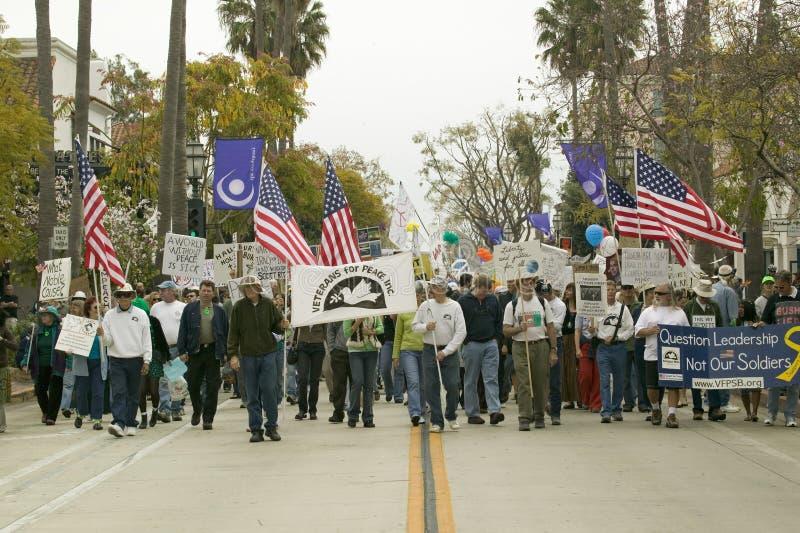 Une grande foule des protestataires sont menées par des vétérans contre la guerre d'Irak sur State Street à une march de protesta photographie stock libre de droits