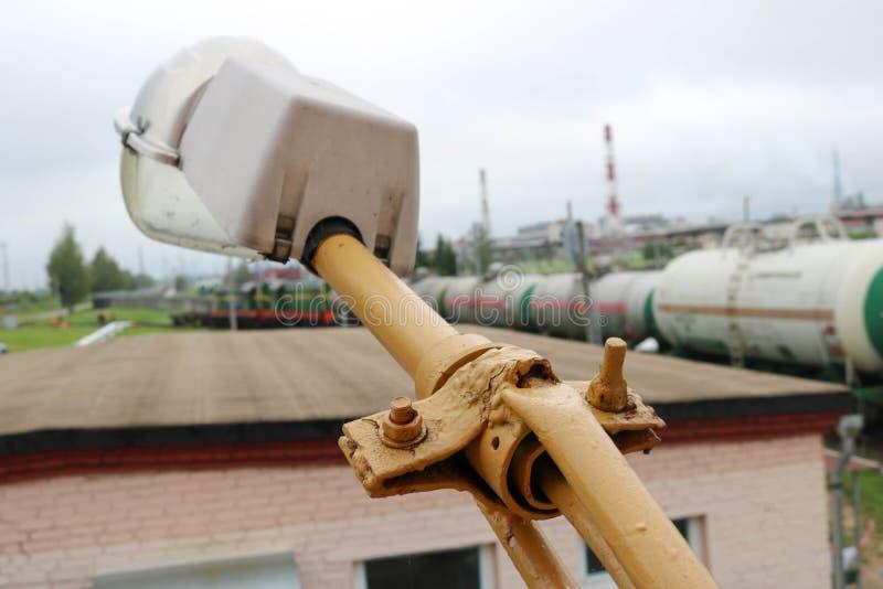 Une grande lanterne imperméable industrielle blanche sur un bâtiment avec un grand plafond sur le fond d'un chemin de fer photos libres de droits