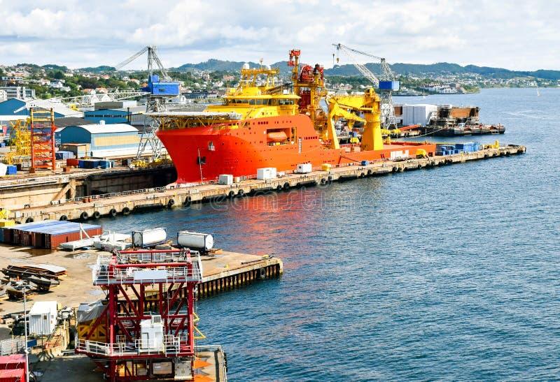 Une grande orange et un navire en mer color? jaune OCV de construction est dans un dock sec d'un chantier naval et est r?par?e photos libres de droits