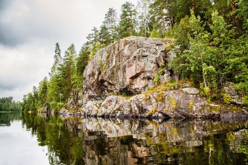 Une grande pierre sur le rivage image stock