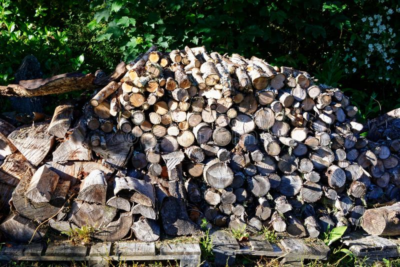 Une grande pile de bois de chauffage prête pour les mois froids photographie stock
