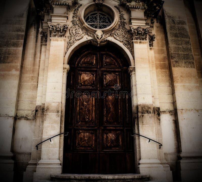 Une grande porte baroque d'une église photo libre de droits