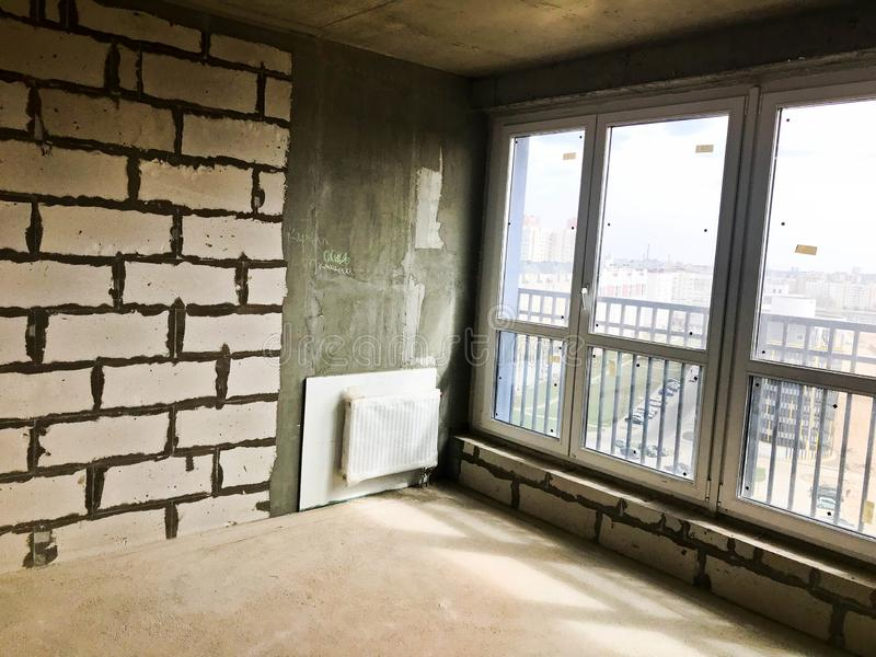 Une grande porte-fenêtre en verre panoramique avec un profil en plastique dans un nouveau bâtiment avec une disposition libre, un photographie stock libre de droits