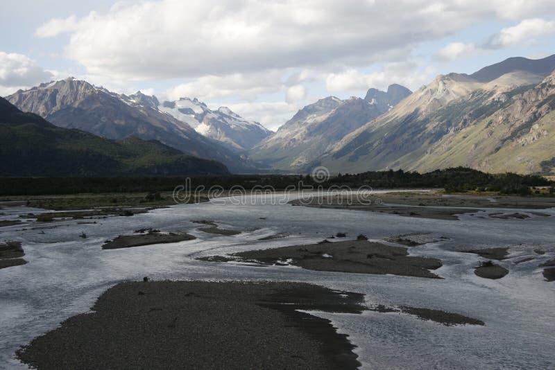 Une grande rivière dans le patagonia image stock
