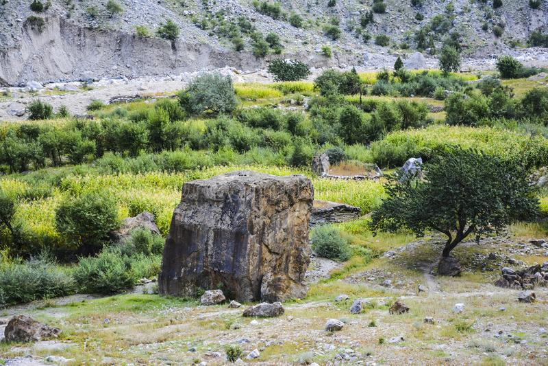 Une grande roche certains où dans le village de Tato images stock