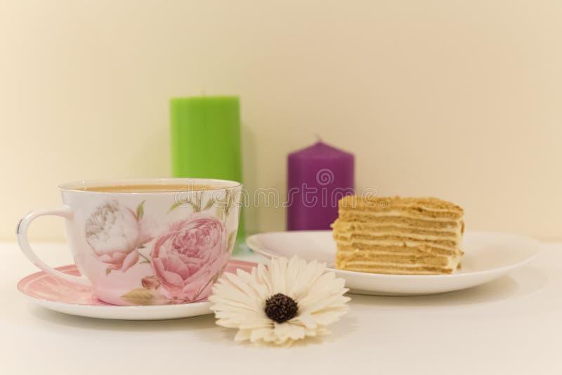 Une grande tasse de café avec du lait et le dessert images stock