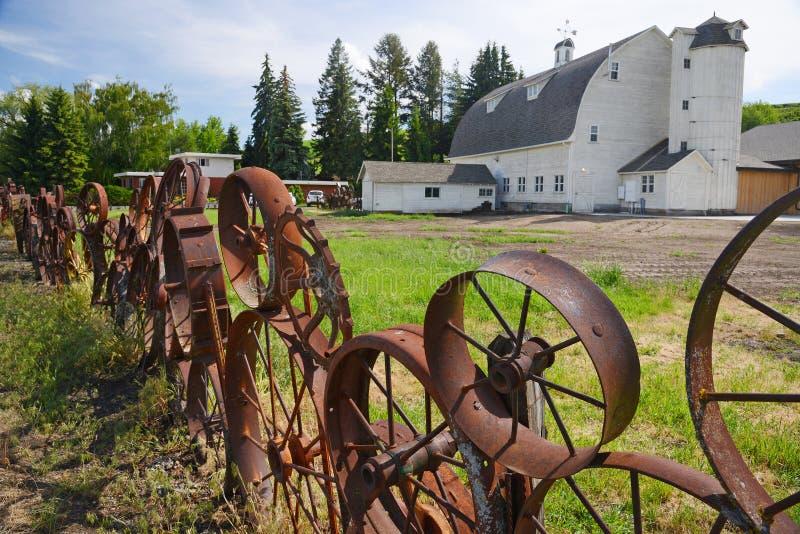 Une grange avec la barrière de roue images libres de droits