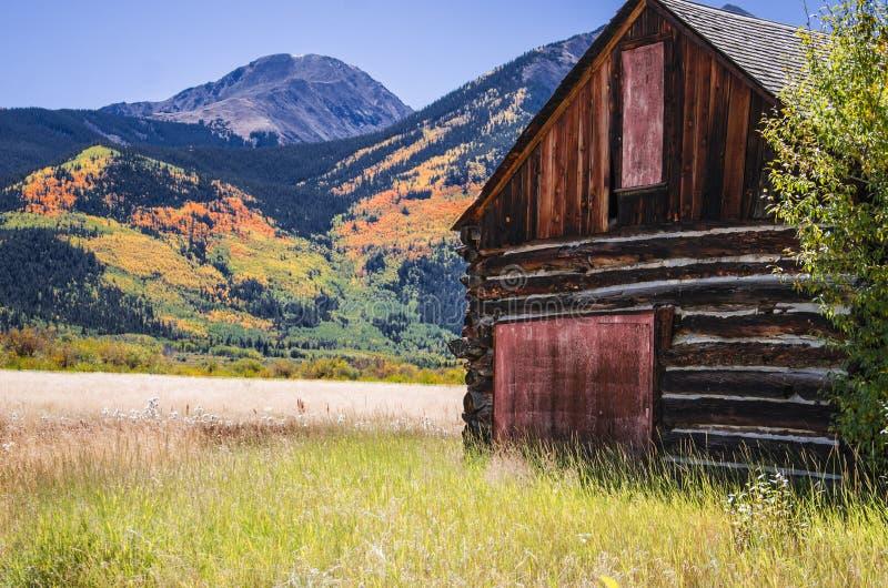 Une grange en bois de rondin à la région jumelle du Colorado de lacs image stock