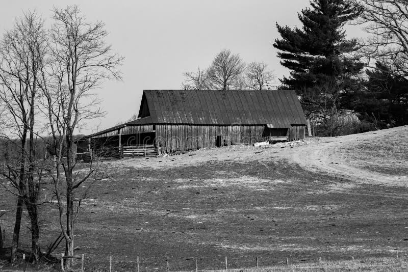 Une grange noire et blanche d'image à une ferme de montagne photographie stock