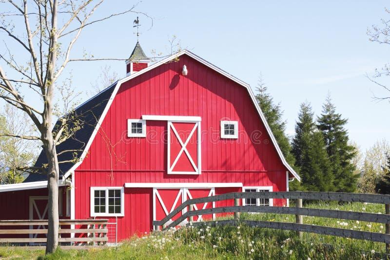 Une grange rouge lumineuse photographie stock libre de droits