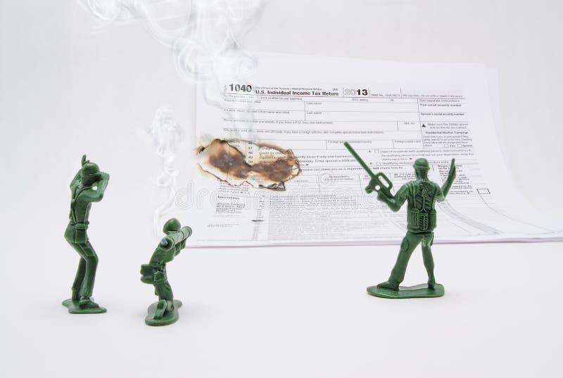 Une guerre sur des impôts avec des hommes d'armée photo stock