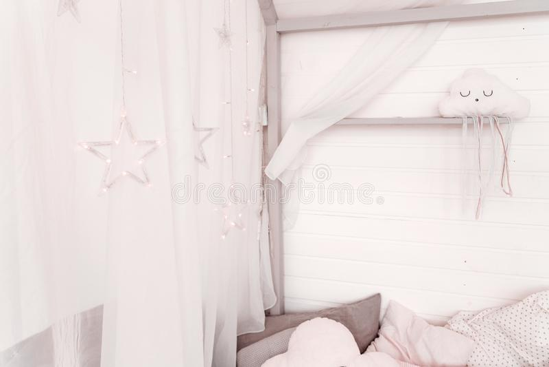 Une guirlande des étoiles sur les rideaux blancs d'une hutte photographie stock