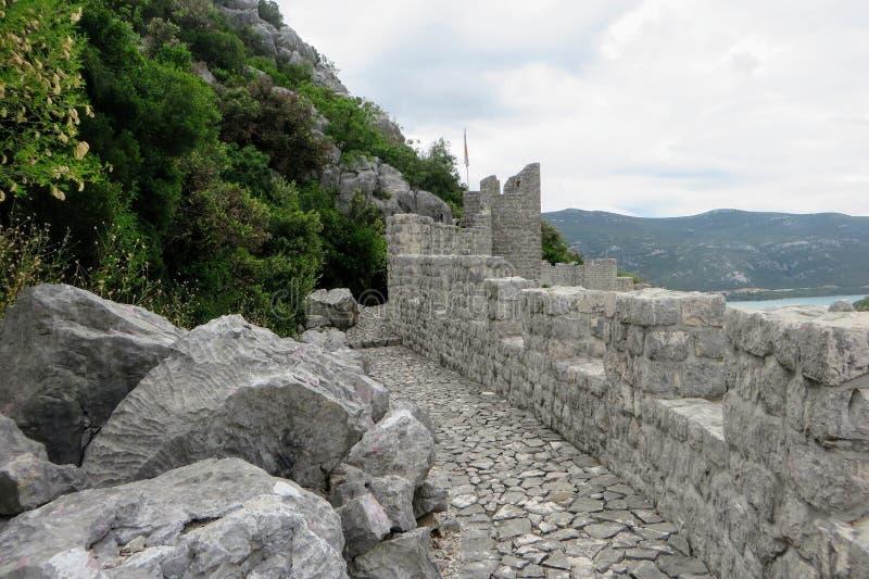 Une haute de vue le long des murs de forteresse et des voies rocheux des murs de Ston, Ston de entourage, Croatie photos stock