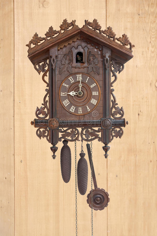 Une horloge de coucou en bois antique photo stock
