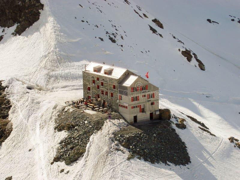 Une hutte de montagne dans les Alpes suisses photos stock