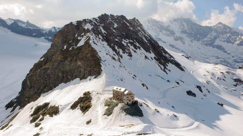 Une hutte de montagne dans les Alpes suisses photographie stock