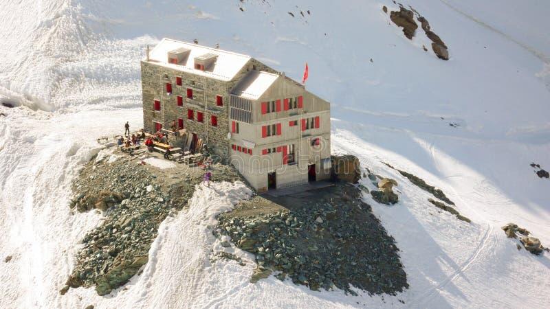 Une hutte de montagne dans les Alpes suisses photo stock