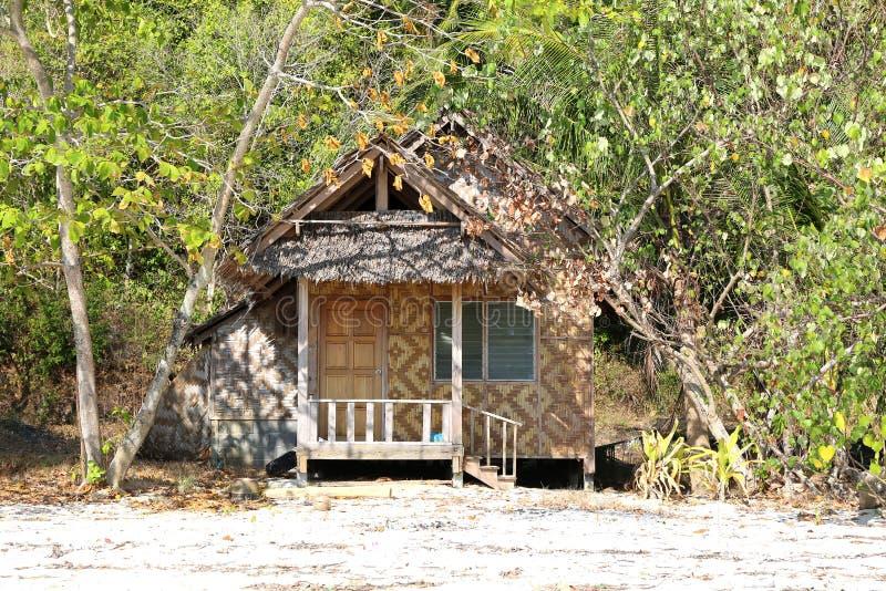 Une hutte entre les arbres à l'île Rang Yai image stock
