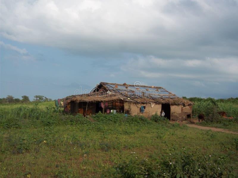 Une hutte vraie avec des nuages photo stock