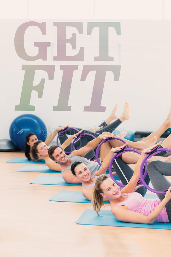Une image composée des personnes sportives avec l'exercice sonne dans le studio de forme physique photographie stock