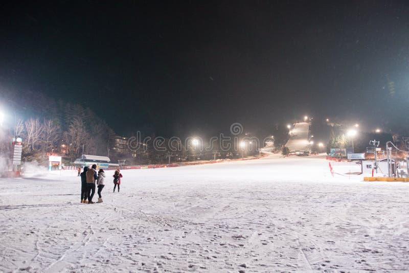 Une image d'une station de sports d'hiver pendant la nuit photo libre de droits