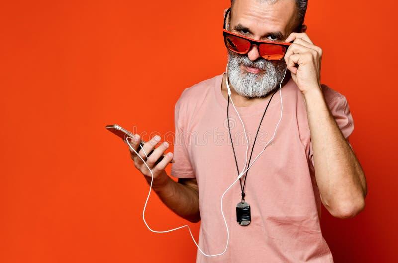Une image d'un homme plus ?g? ?coutant la musique avec des ?couteurs photographie stock libre de droits