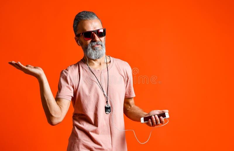 Une image d'un homme principal chauve plus âgé écoutant la musique avec des écouteurs images stock