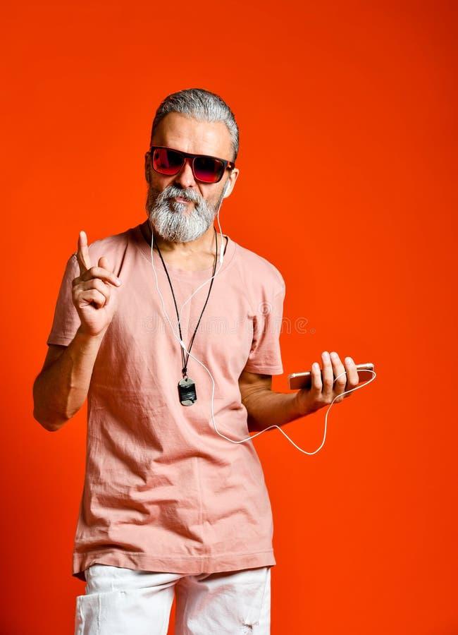 Une image d'un homme principal chauve plus âgé écoutant la musique avec des écouteurs photo stock