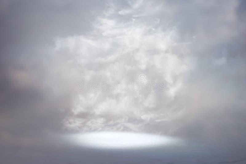 Une image d'un rayon de lumière céleste dans le ciel Concept de religion et de foi photographie stock