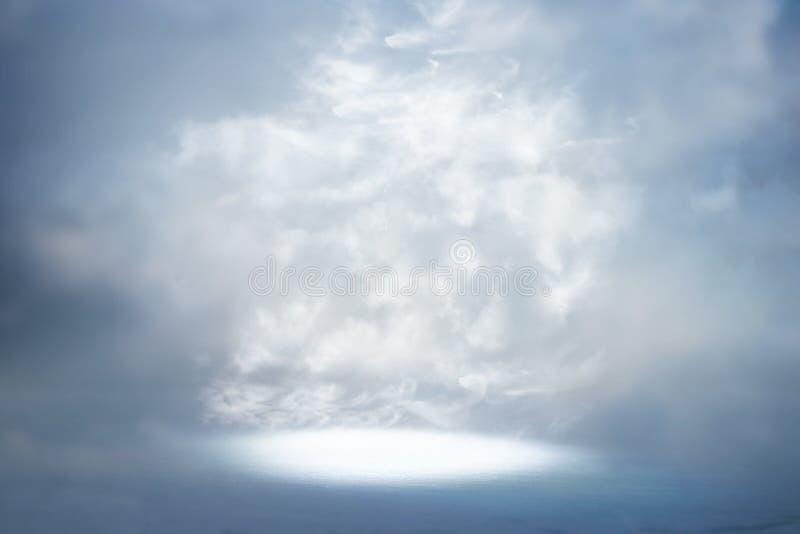Une image d'un rayon de lumière céleste dans le ciel Concept de religion et de foi photo libre de droits